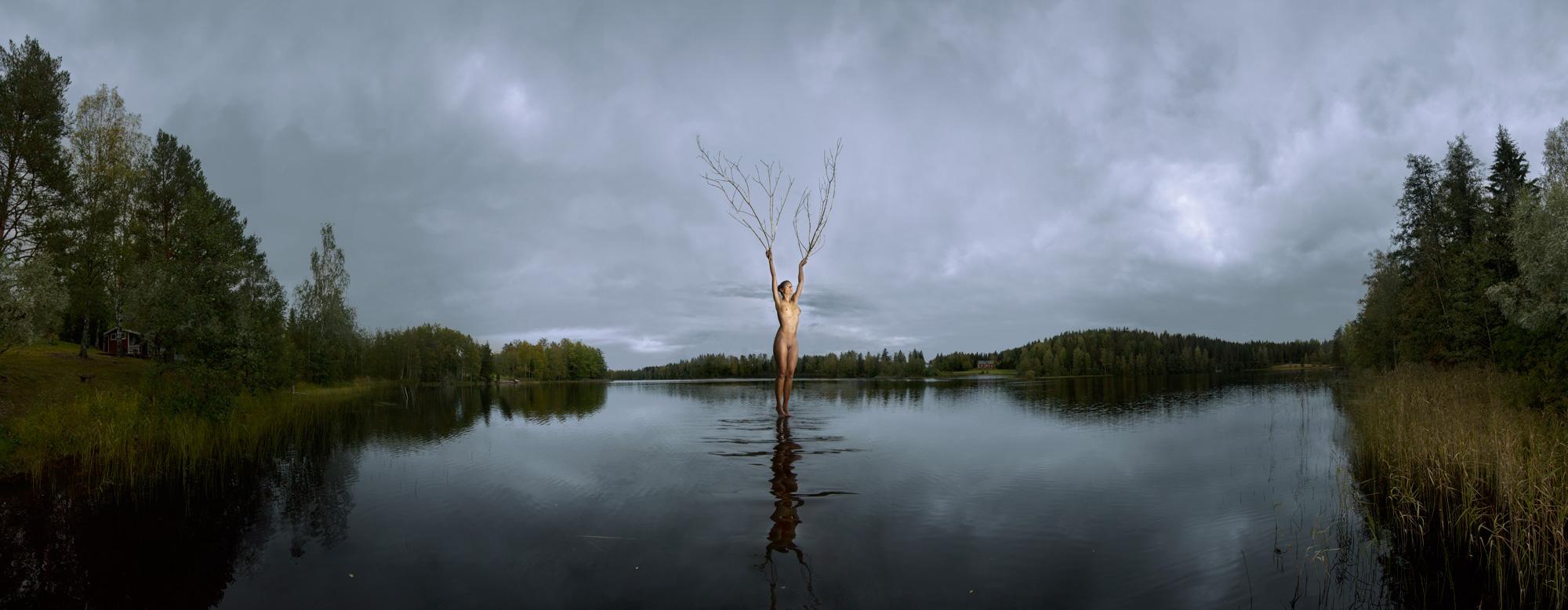 KÄÄNNA JUURI II. Fotografía y retoque digital. Lago Ahmausjarvi, Hämeenkyrö, Finlandia